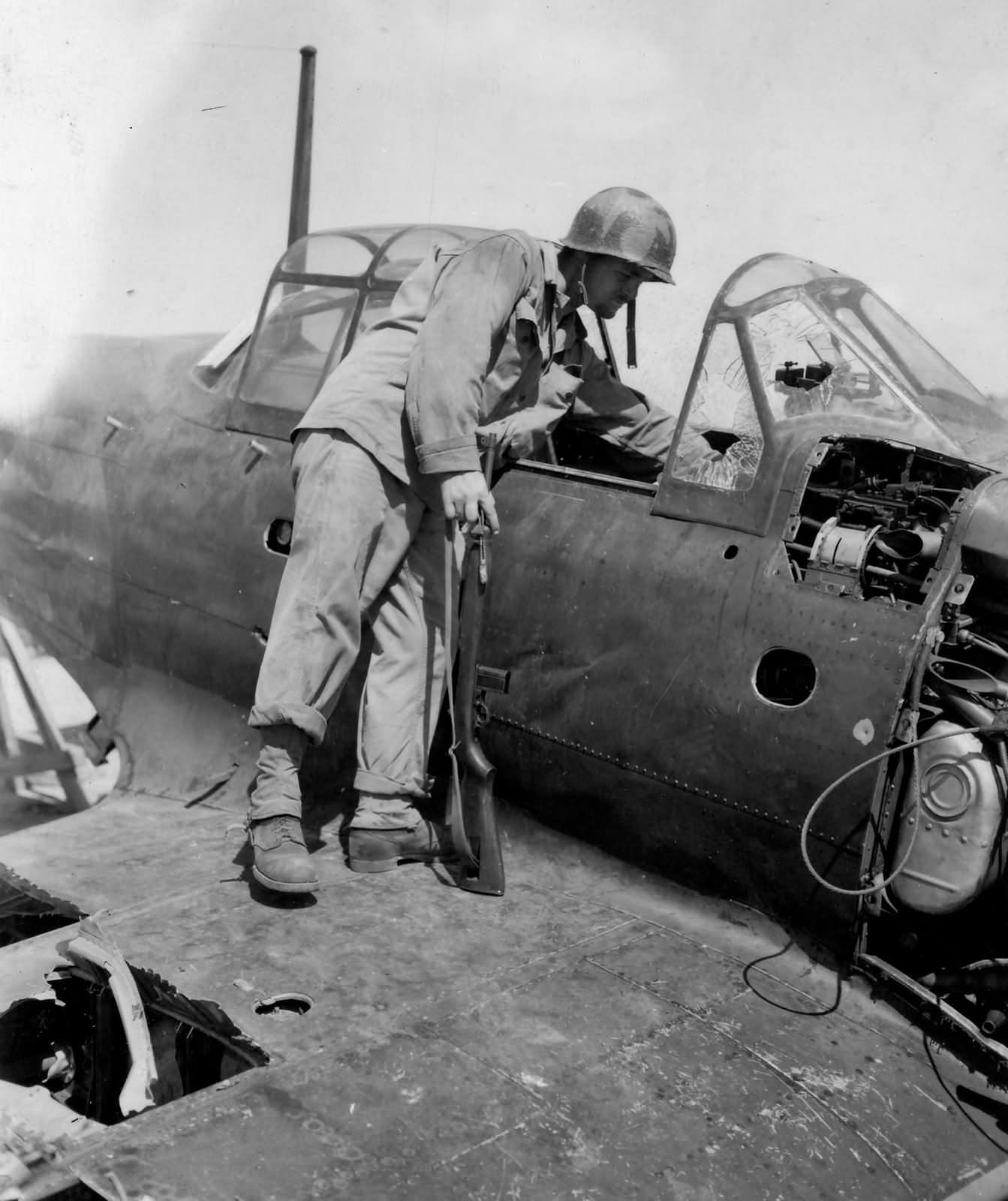 A6M5_Zero_Saipan_with_M1_Carbine_armed_Marine_1944.jpg
