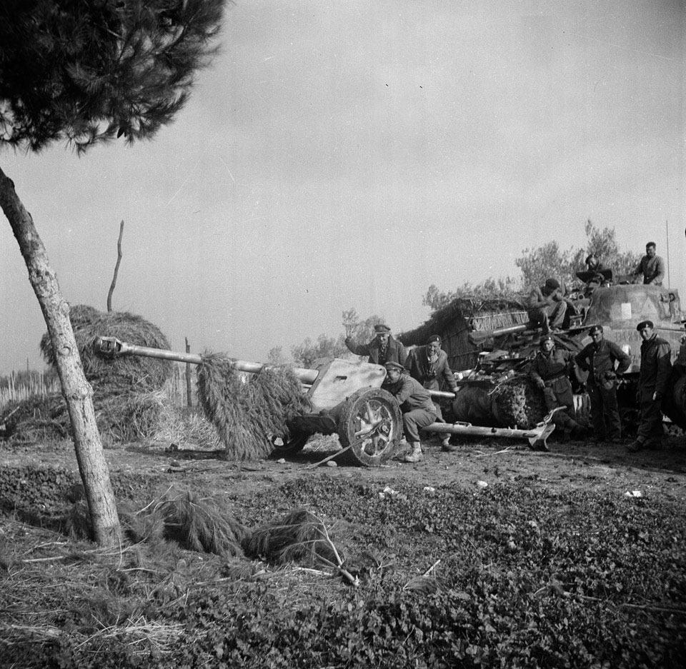 3rd County of London Yeomanry (Sharpshooters) manejando un PAK 40 de 75mm.jpg