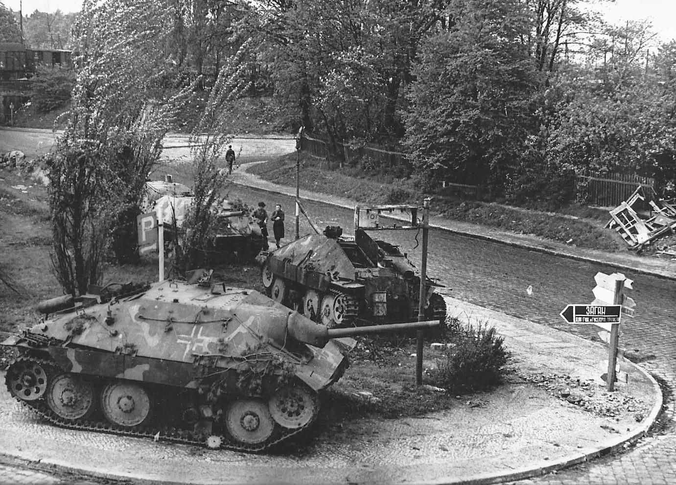 Hetzer_tank_destroyers_1945_2.jpg