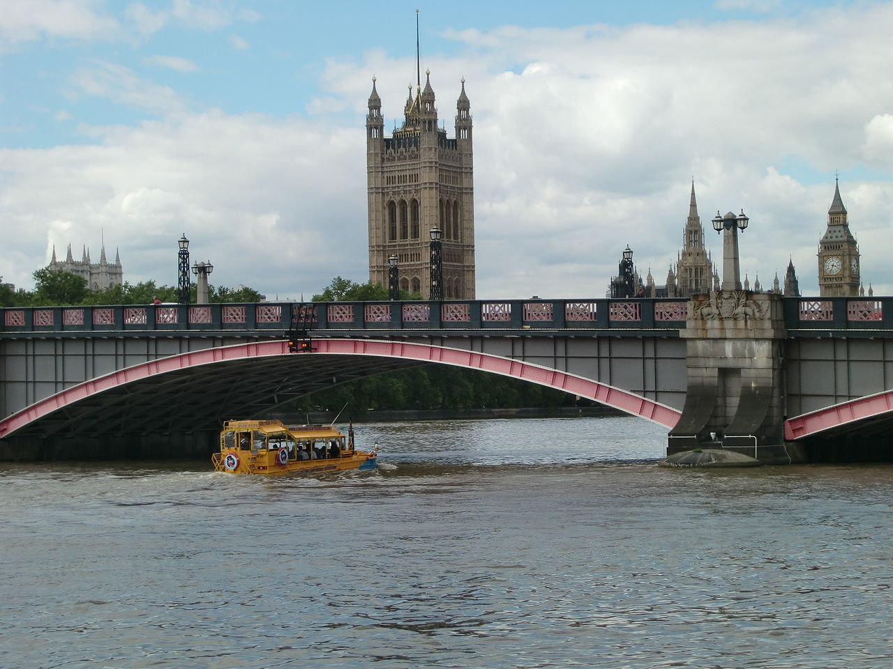 1280px-London_Duck_under_Lambeth_Bridge.jpg