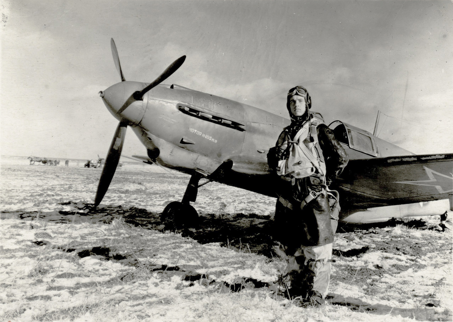 soviet-aces-ww2-hero-of-the-soviet-union-kulagin-andrey-mihailovich-standing-in-front-of-the-fighter-lagg-3-series-66-bw.jpg