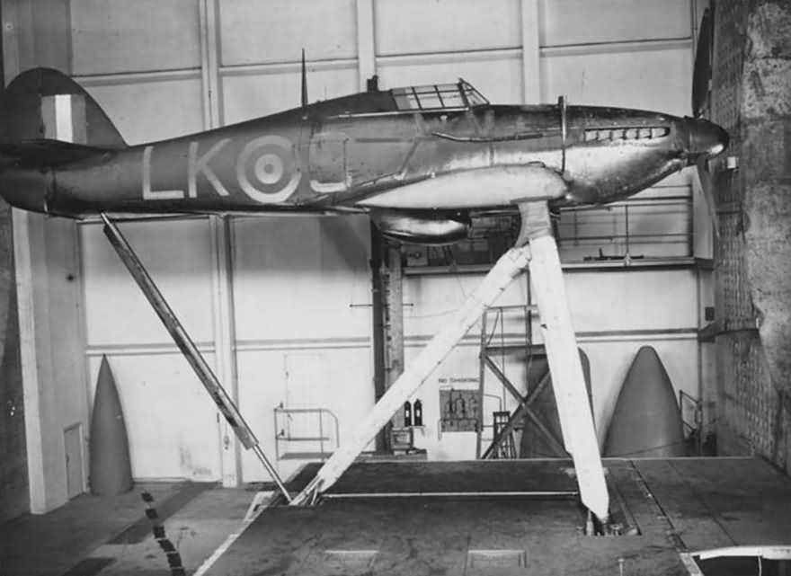 Hurricane_87sq_LK-S_wind_tunnel_1942_RAE.jpg