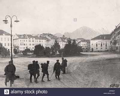 B1 german-soldiers-are-pictured-in-the-occupied-italian-city-belluno-DP94D7.jpg