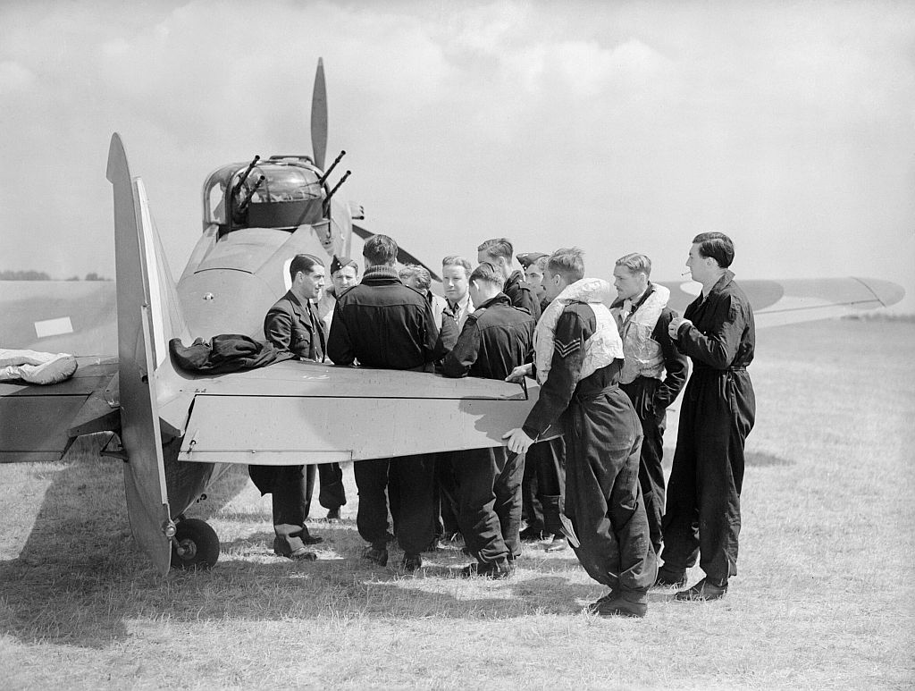 Squadron_Leader_P_A_Hunter_(far_left),_the_CO_of_No._264_Squadron_RAF,_briefs_his_pilots_by_one_of_the_Squadron's_Boulton-Paul_Defiants.jpg