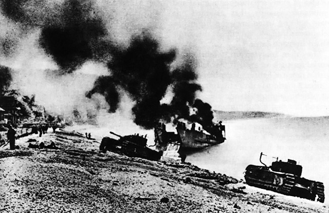 British_Landing_Craft_on_Beach_at_Dieppe.jpg