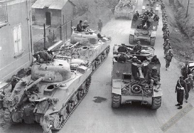 tish army Sherman tanks and SPG´s probably in Holland, WWII.jpg