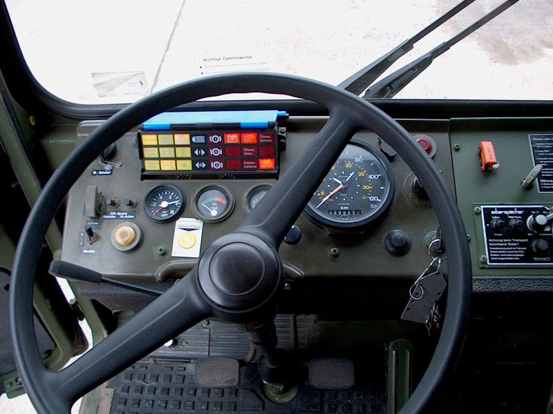 800px-MAN_10to_gl_Cockpit.jpg