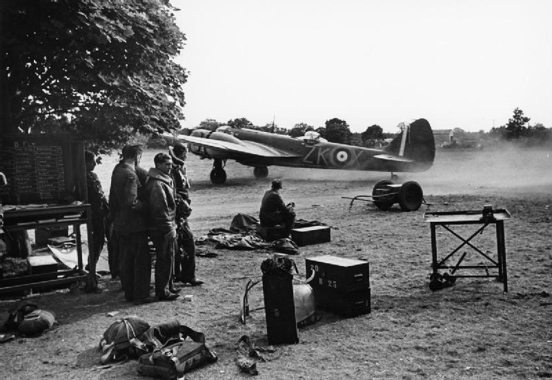 Blenheim Mk IF of No. 25 Squadron taxying at Martlesham Heath, watched by air- and ground crews, 25 July 1940..jpg